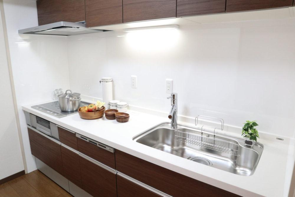 キッチン(食器洗浄乾燥機能、浄水器内蔵です。3口IHコンロで料理もはかどります)